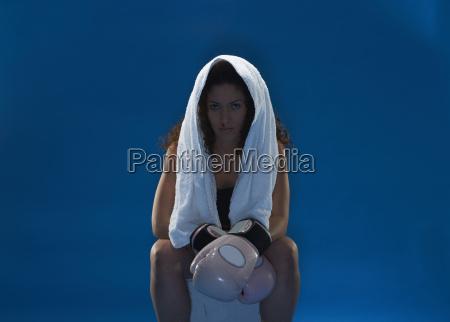 studio portrait der weiblichen boxer mit