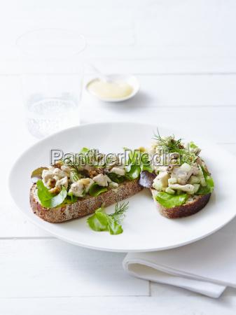 stillleben von offenen haehnchen sandwiches und