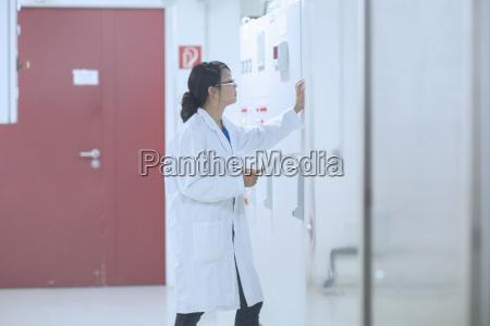 wissenschaftler im kontrollraum