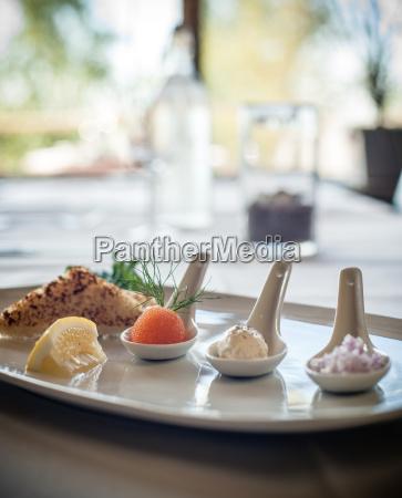 gourmet gericht mit individuellen portionen auf