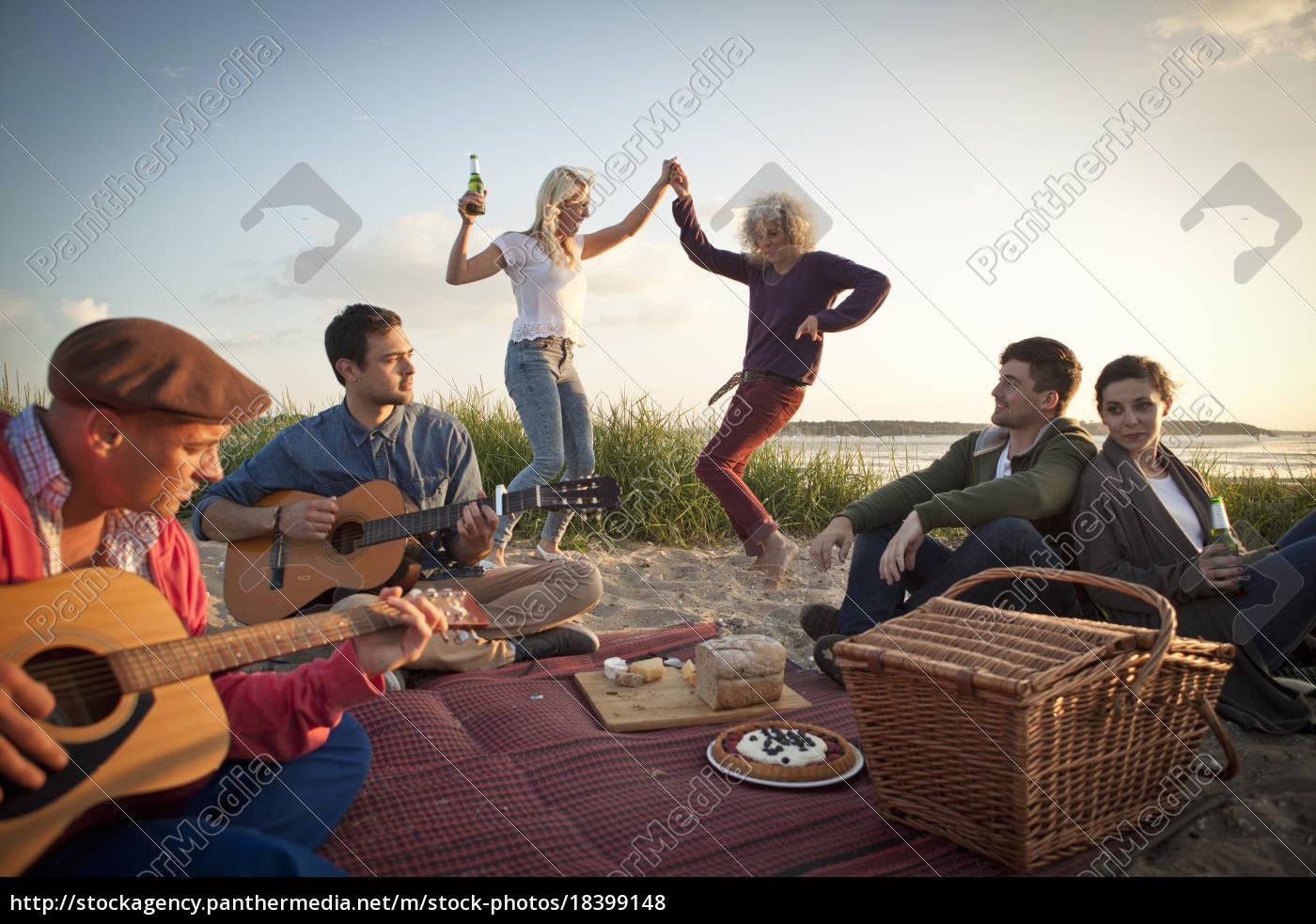 sechs, erwachsene, freunde, feiern, und, tanzen - 18399148