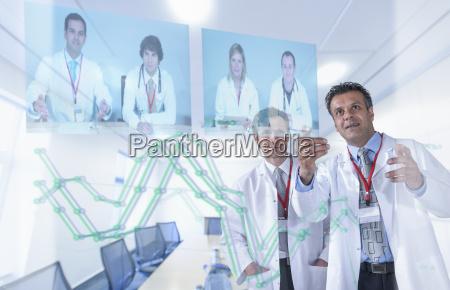 medizinische fachleute diskutieren ergebnisse durch videokonferenz