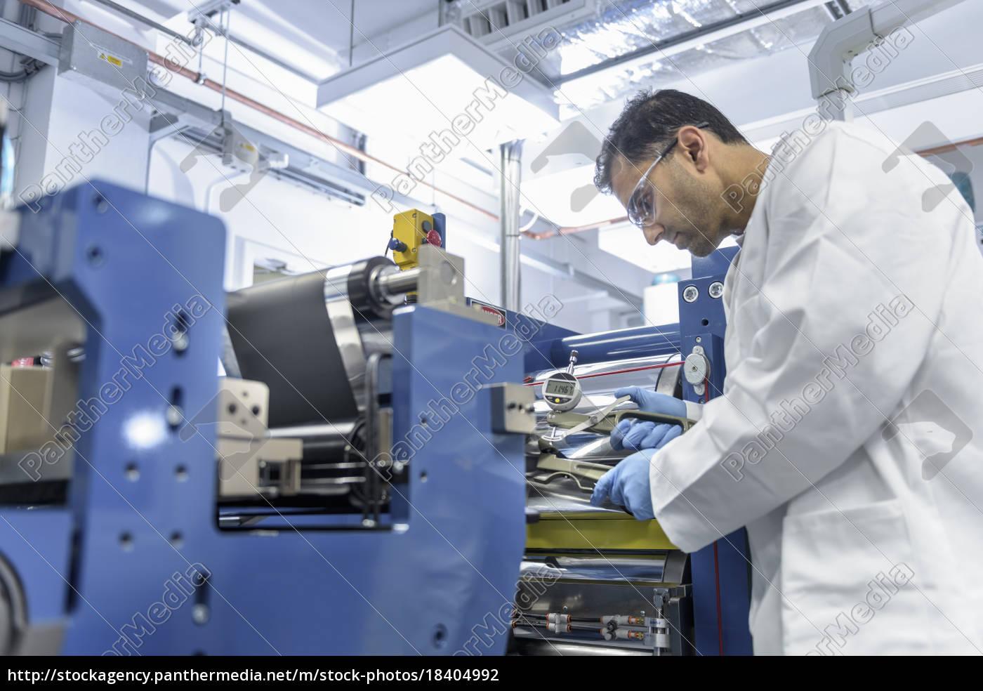 wissenschaftler, herstellung, lithium-ionen-batterien, in, der, einrichtung - 18404992