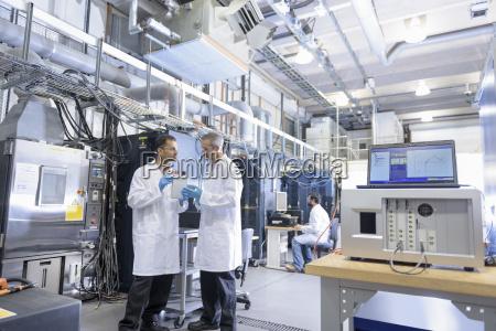 wissenschaftler, in, lithium-ionen-batterietestanlage, in, der, batterieforschungsanlage - 18405014