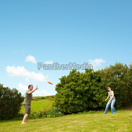 couple, playing, frisbee - 18417838