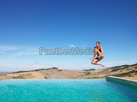frau, springt, im, schwimmbad - 18419970