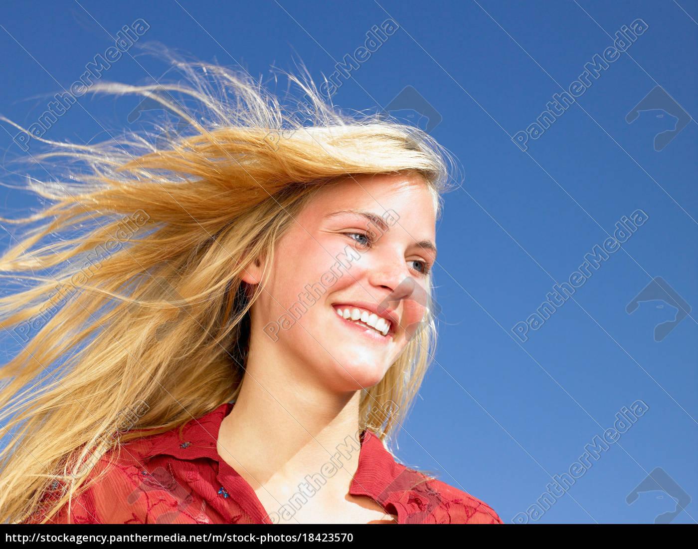mädchen, lächelnd, wind, in, ihren, haaren - 18423570