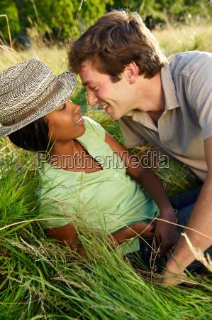 paar, küssen, in, einem, feld - 18423458