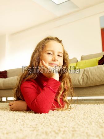 mädchen, auf, teppich, liegend, mit, blick, auf - 18425094