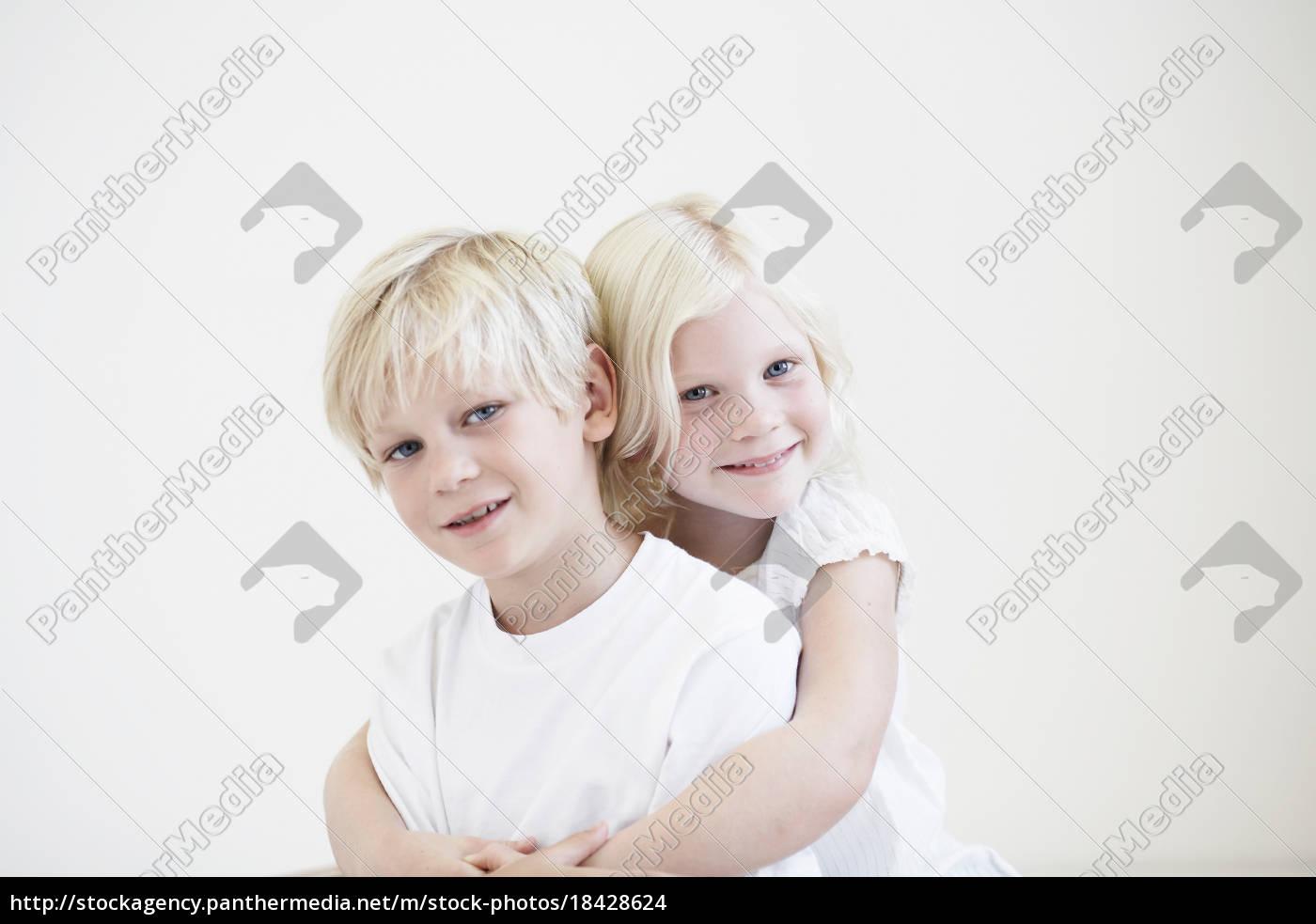 porträt, junges, mädchen, umarmt, junge, junge - 18428624