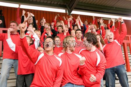 gruppe von fussball fans feiern