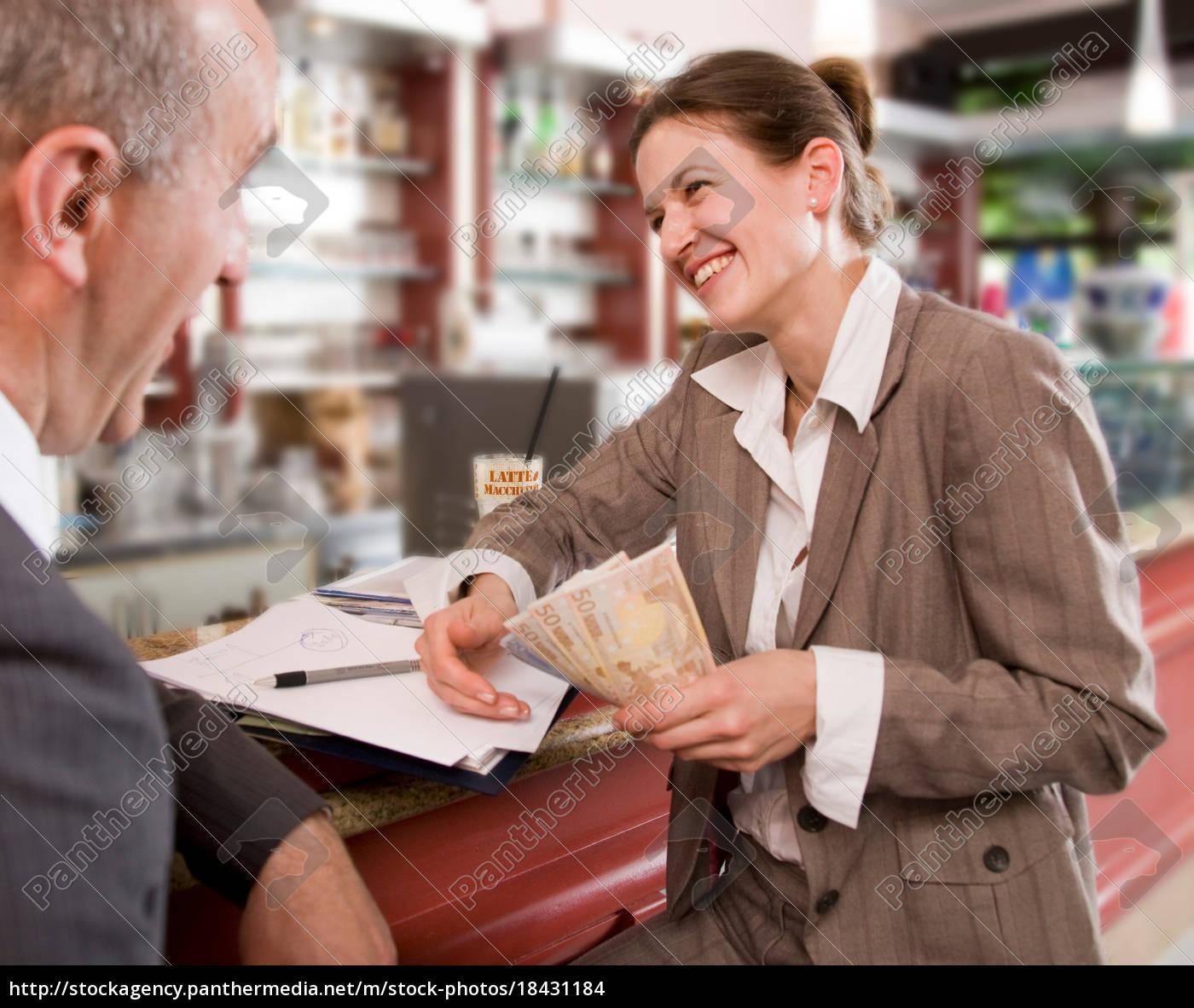 geschäftsfrau, zahlen, mann, in, bar - 18431184