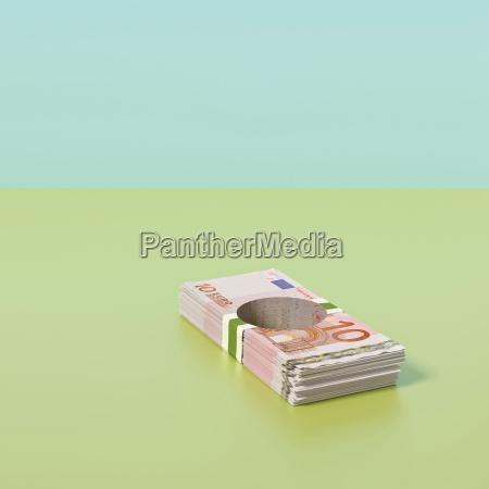 haufen euro banknoten mit loch durch