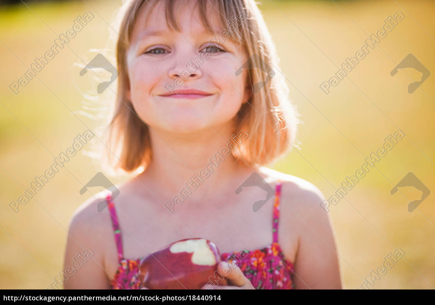 young, girl, with, apple, smiling - 18440914