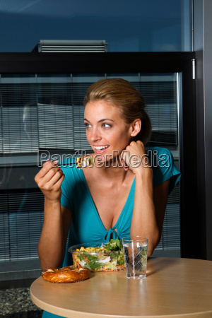 woman eating lunch in office