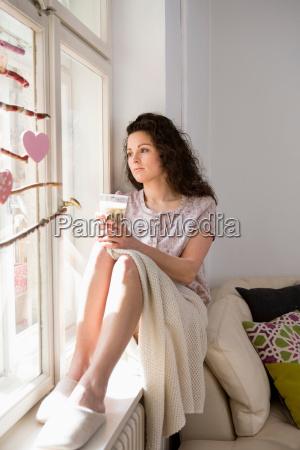 frau daheim zuhause entspannung weiblich fenster