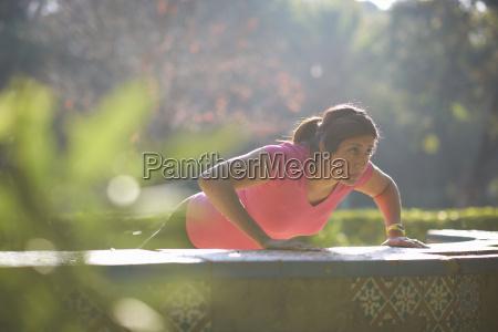frau wohlbefinden wohlergehen weiblich sonnenlicht outdoor