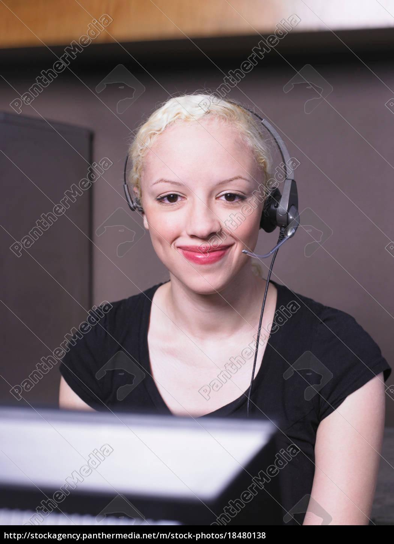frau, lächelnd, auf, headset - 18480138