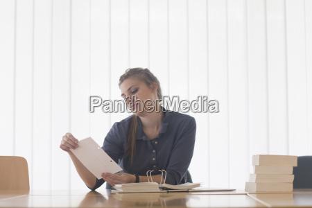 frau schreibtisch bildung ausbildung bildungswesen weiblich