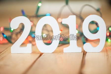 2019 vor bunter lichterkette