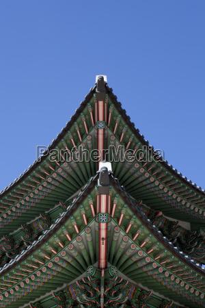 flachwinkelansicht der ecke des pagodendachs korea