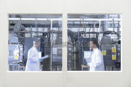 wissenschaftler, in, lithium-ionen-batterie-testanlage, in, batterie-forschungsanlage - 18494212