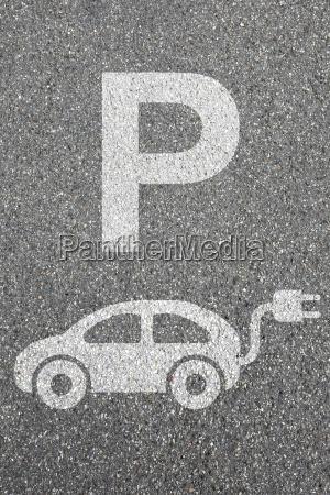 parkplatz elektro auto elektroauto parken fahrzeug