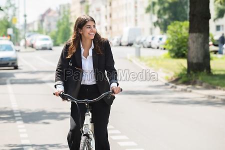 geschaefts pendeln auf fahrrad