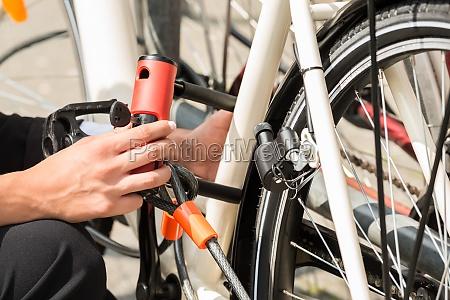 sperren der geschaeftsfrau hand ihr fahrrad
