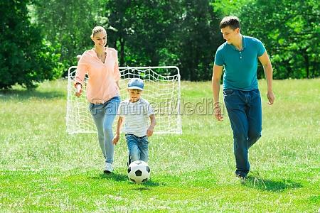 familie spielen mit fussball