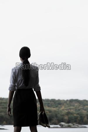 eine, geschäftsfrau, die, hochbetuchte, schuhe, hält - 18599618