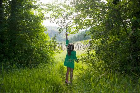 weiblich baum neugier neugierde sommer sommerlich