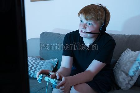veraergerter junge videospiele spielen