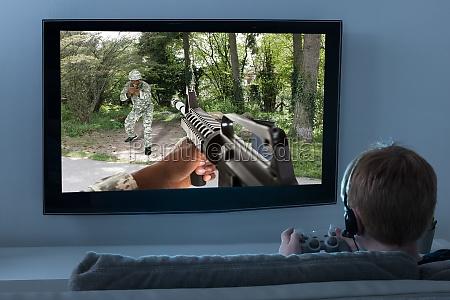 junge der action spiel auf fernsehen