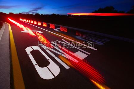 unscharfe ruecklichter auf einer autobahn