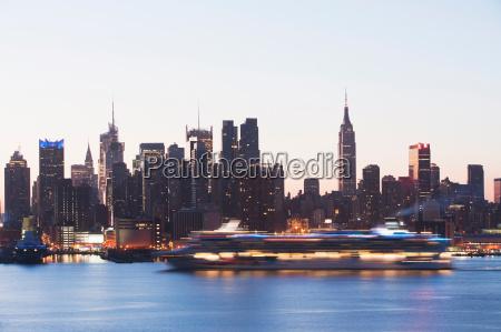 skyline von manhattan und kreuzfahrtschiff in