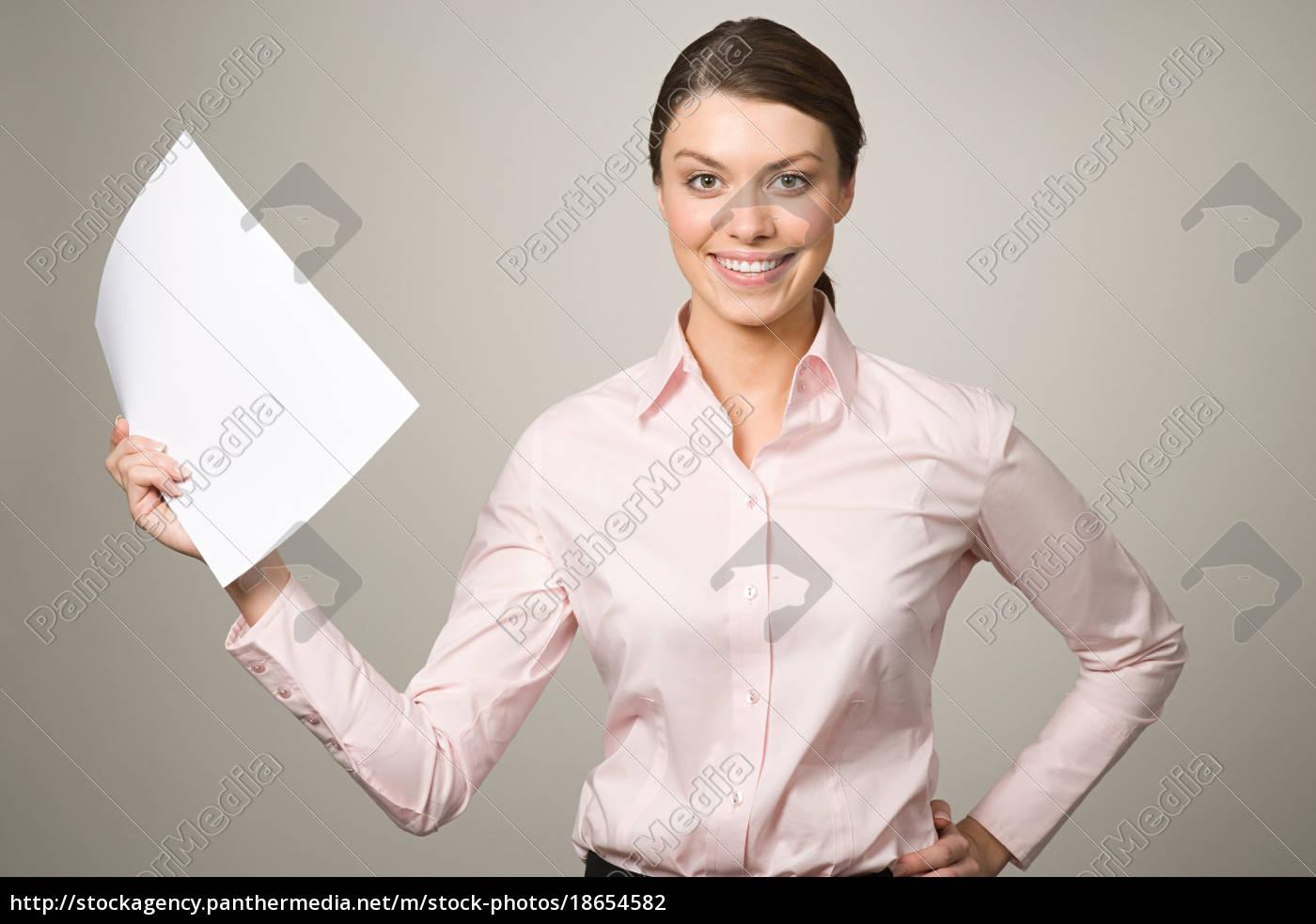 eine, frau, die, ein, stück, papier - 18654582