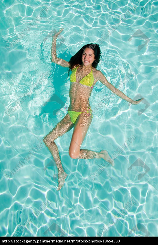 junge, frau, im, swimmingpool - 18654300