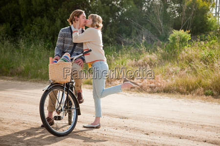 kissing couple with bicycle