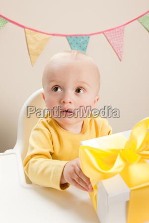 maennlich mannhaft maskulin viril baby saeugling