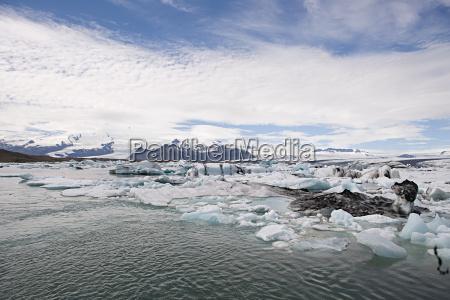iceland icebergs in jokulsarlon lagoon drifting