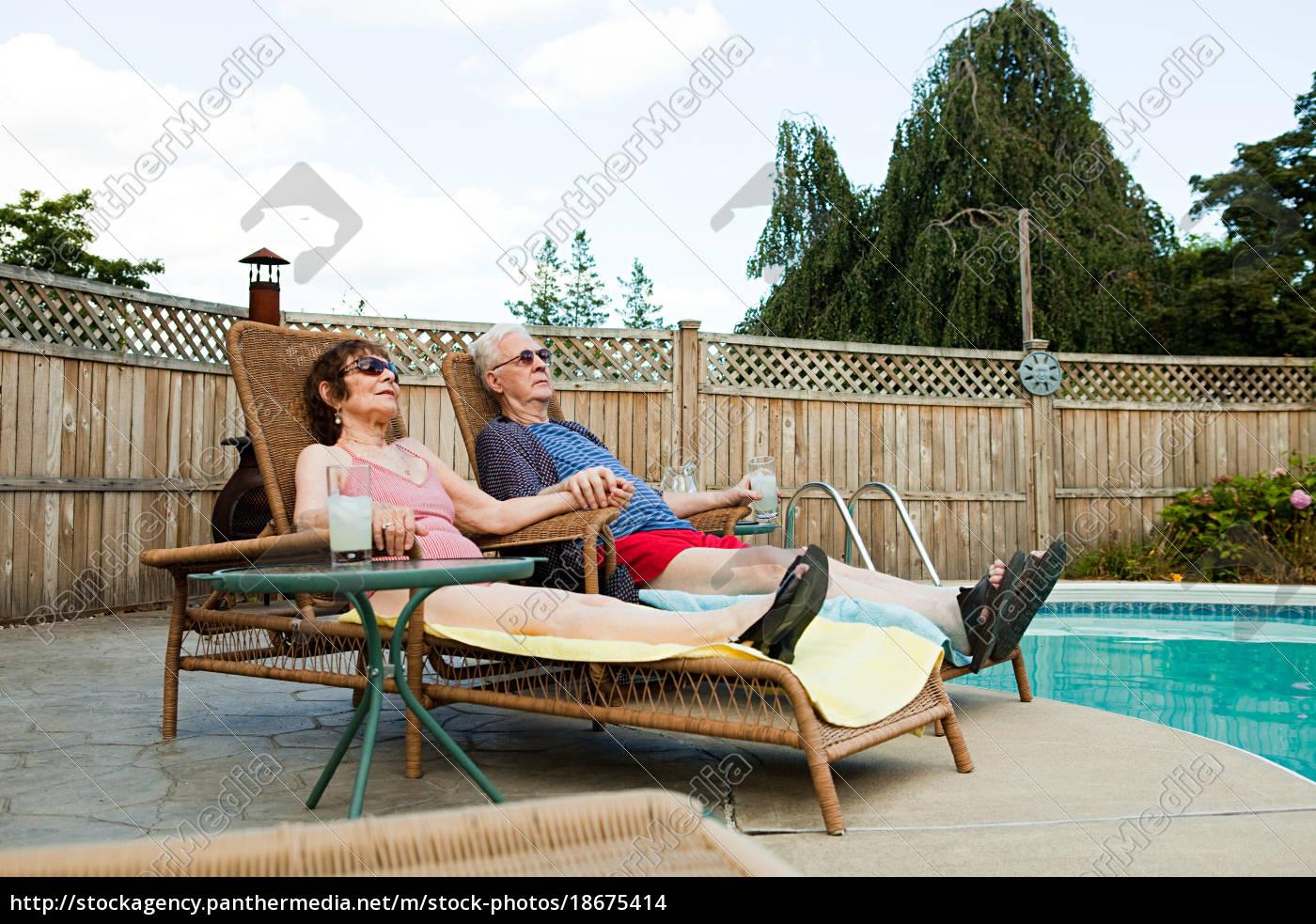 seniorenpaar, entspannt, am, pool - 18675414
