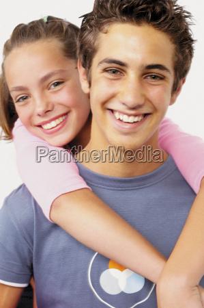 teenage, junge, und, mädchen, umarmung - 18696482