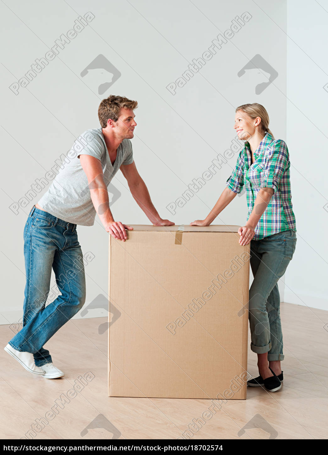 young, couple, with, cardboard, box - 18702574