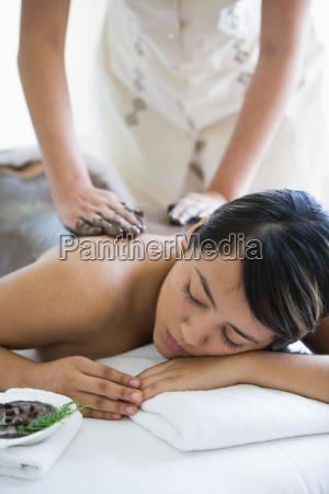 frau hand wohlbefinden wohlergehen entspannung weiblich