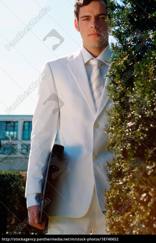 mann, im, weißen, anzug - 18740652