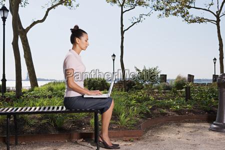 frau profil weiblich baum park outdoor