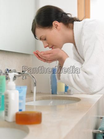 frau daheim zuhause weiblich stehend bademantel
