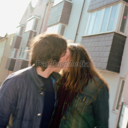 couple kissing in street