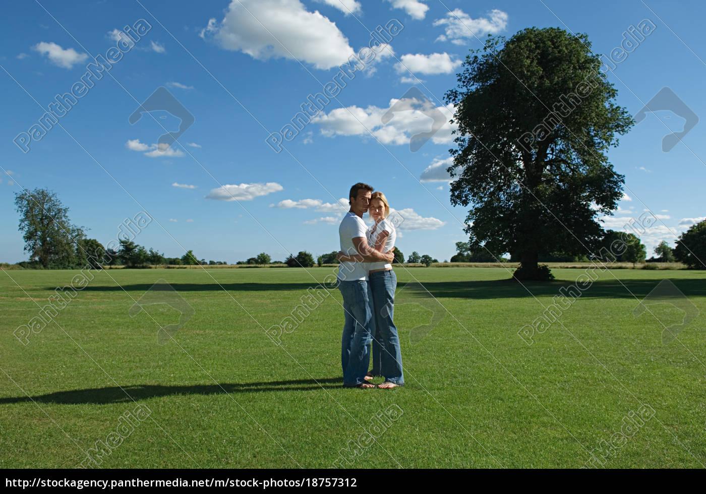 paar, umarmt, in, einem, feld - 18757312